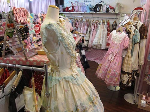 111014_harajuku_shopping_closet_child_gothic_sweet_lolita_secondhand_vintage_clothes_4.jpg