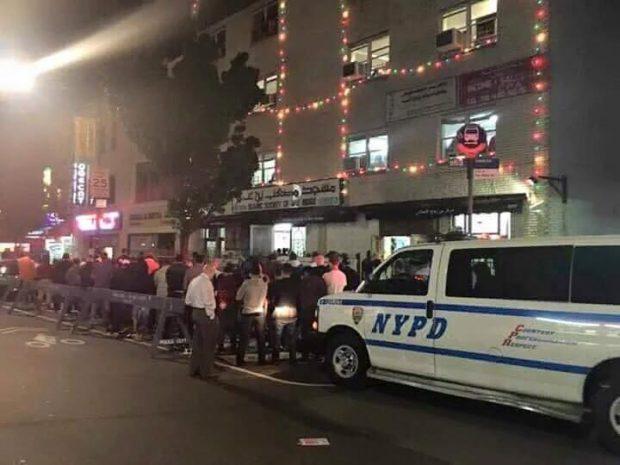 شرطة-نيويورك-تحمي-المصلين-أثناء-أداء-صلاة-التراويح-بالشارع.jpg